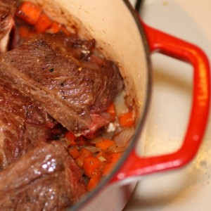 Braising short ribs on vegetables